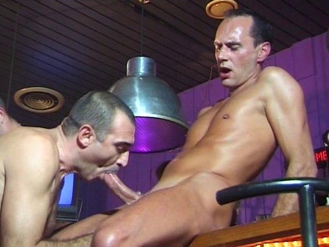 bonne baise entre hommes dans un Bar gays