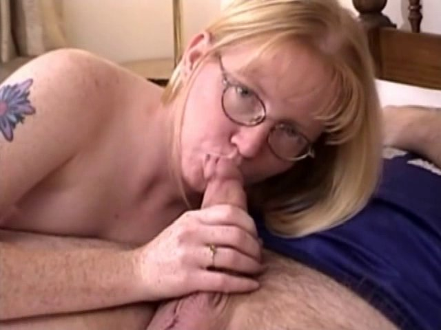 video coquine d'une suceuse à lunettes