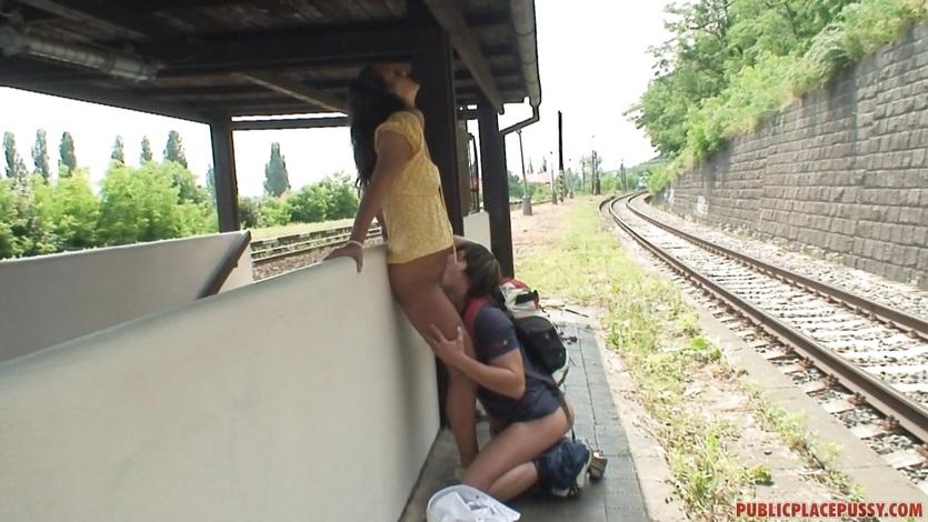 Sexe en public dans une gare