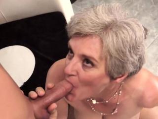 une grand-mère suceuse