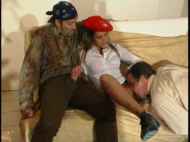 une jeune salope s'occupe avec deux bons baiseurs
