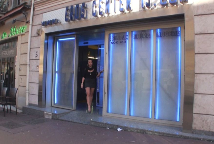jeune libertine defoncée par plusieurs client d'un sexshop marseillais