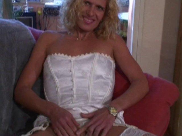 blonde super sexy baisée dans le salon