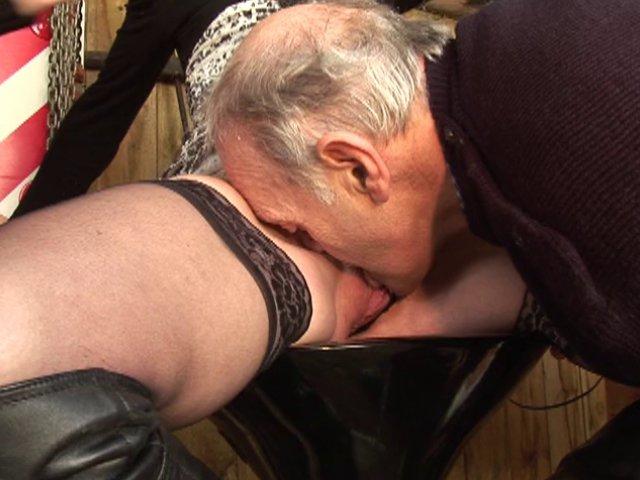 grand-père s'envoie en l'air