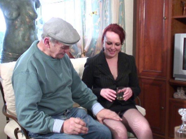 vieux cochon sodomise une jeune femme rousse