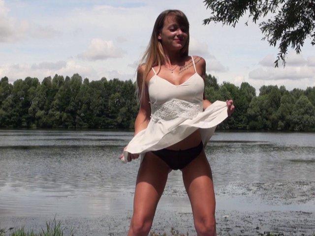 jeune coquine sautée en public