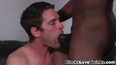 ton mec baise avec un noir !!! il doit etre bi lol