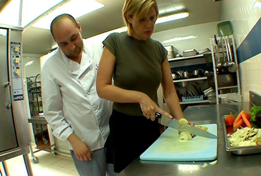 française cochonne offre son cul au chef de cuisine