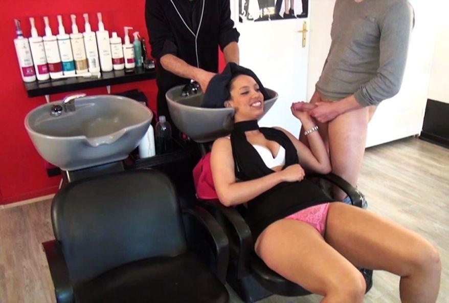 beurette à gros cul baisée dans son salon de coiffeure