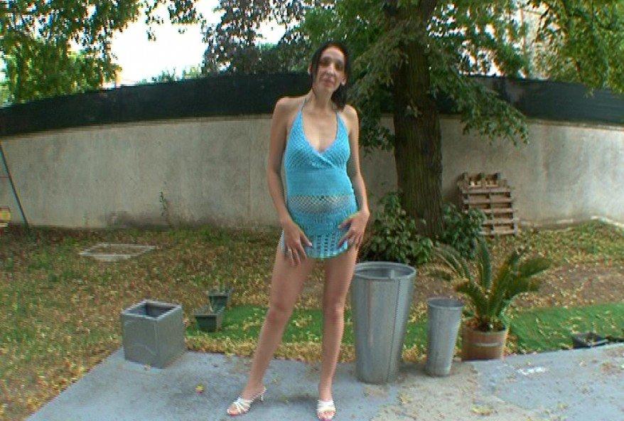 amatrice aux petits seins sans culotte enculée pour la forme
