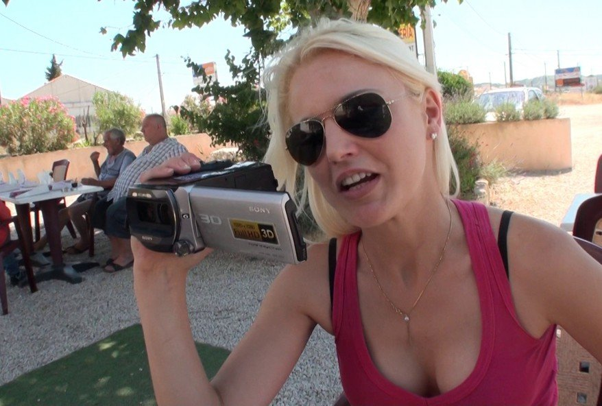 blonde coquine aime le sexe entre amis
