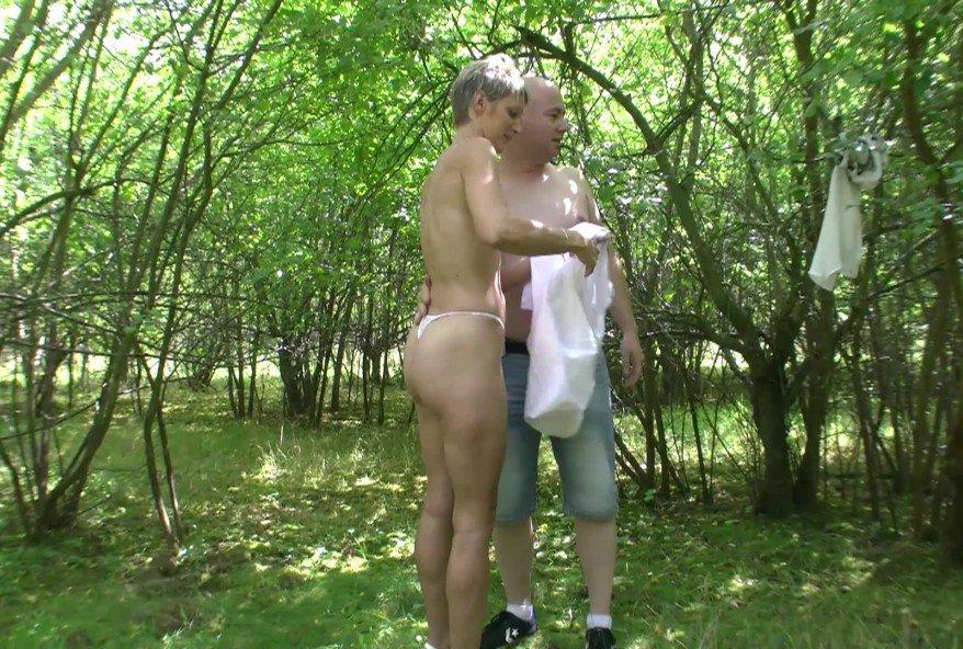 elle avale sperme dans les bois