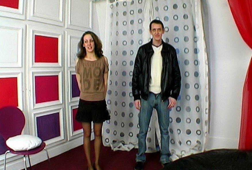jeune couple d'amateur venu pour le gangbang de madame