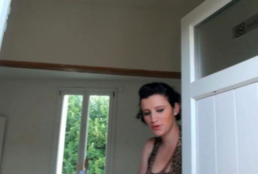 coquine bien chaude defoncée chez elle devant son mari