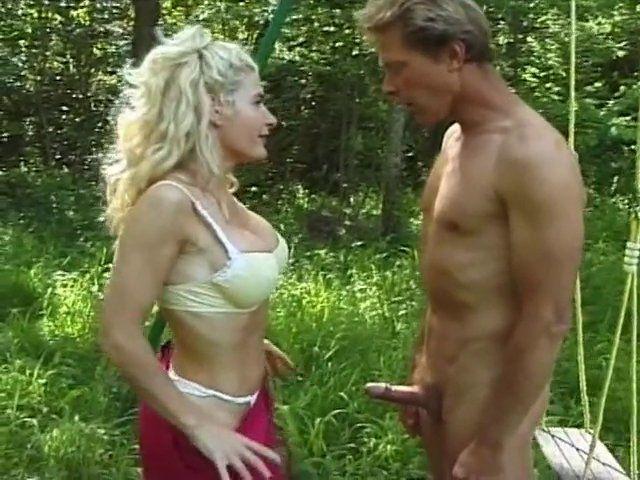 blonde aimant le cul baisée en plein air