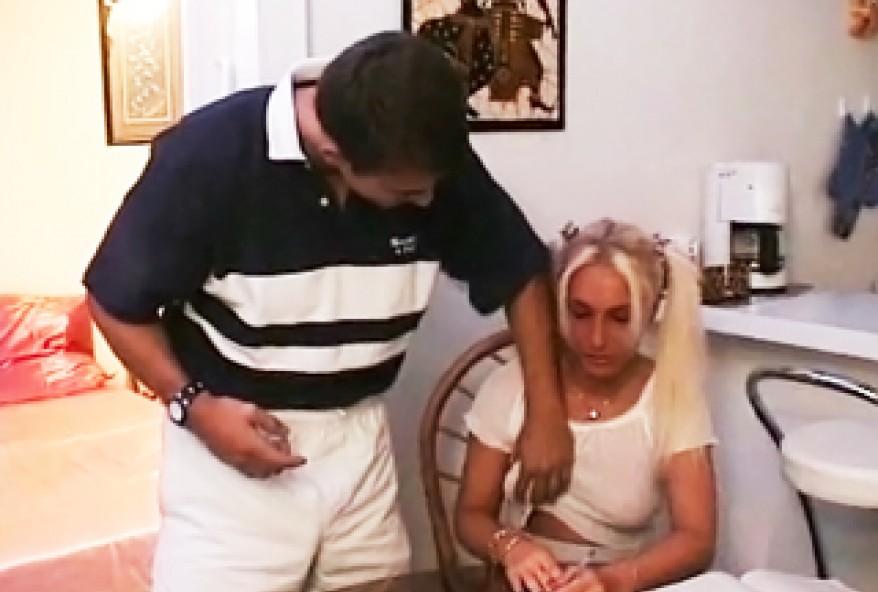 ce petit cul de blondinette d 19 ans le fait trop bander
