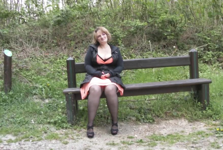 peter le cul d'une maman salope dans un parc