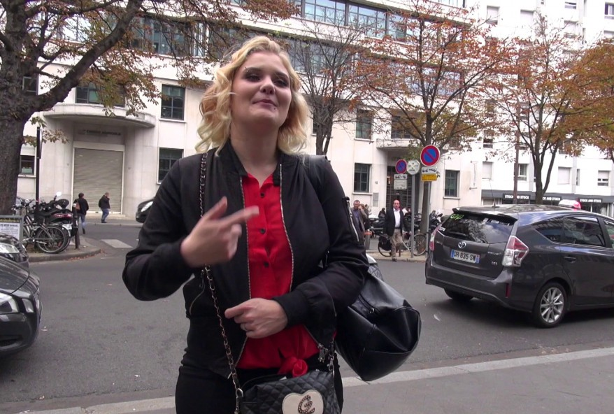 niquer la jeune serveuse de cette Creperie parisienne
