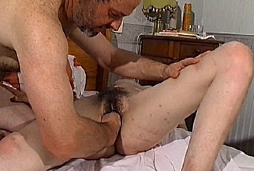 femme mûre à la chatte poilue malmenée