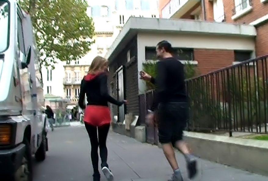 cette joggeuse nous pompe dans les wc public