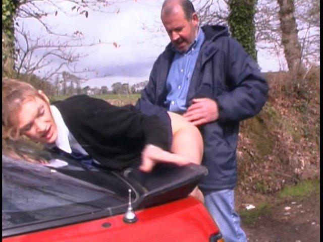 jeune etudiante baisée sur le capot de la voiture d'un ami de son père