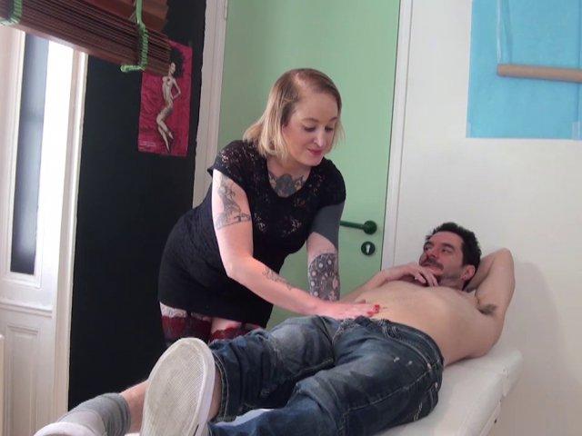 ma tatoueuse s'occupe aussi de ma bite