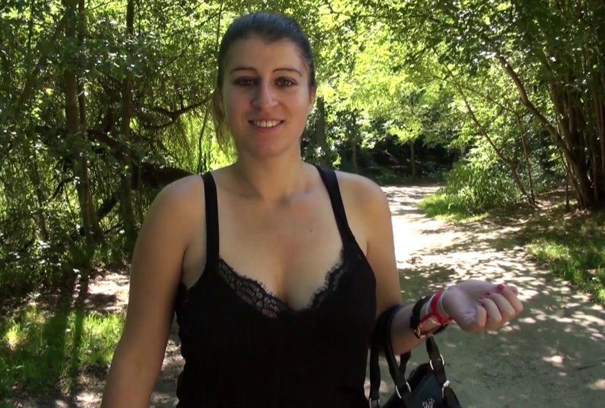 les gros nichons de cette maman attirent les voyeurs dans le bois