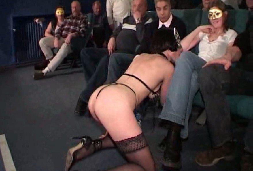 sucer la queue de tous les hommes present dans la salle de cinema