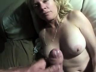ejaculer sur les seins de sa meuf